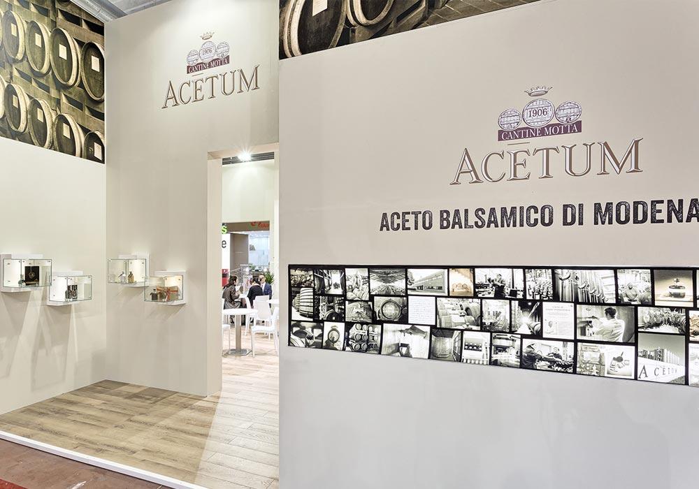 Collezione di foto storiche dell'azienda Acetum che decora una parete dello stand allestito per il salone internazionale dell'alimentazione CIBUS che si tiene alla fiera di Parma.
