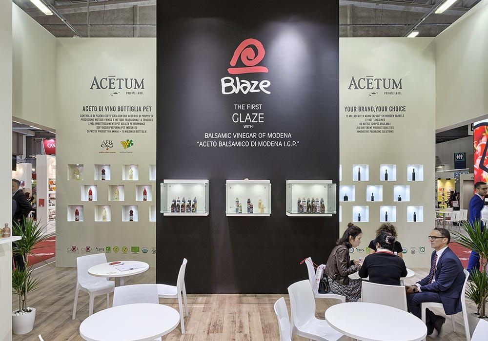 Parete interna bicolore nello stand dell'azienda Acetum allestito per il salone internazionale dell'alimentazione CIBUS che si tiene alla fiera di Parma.