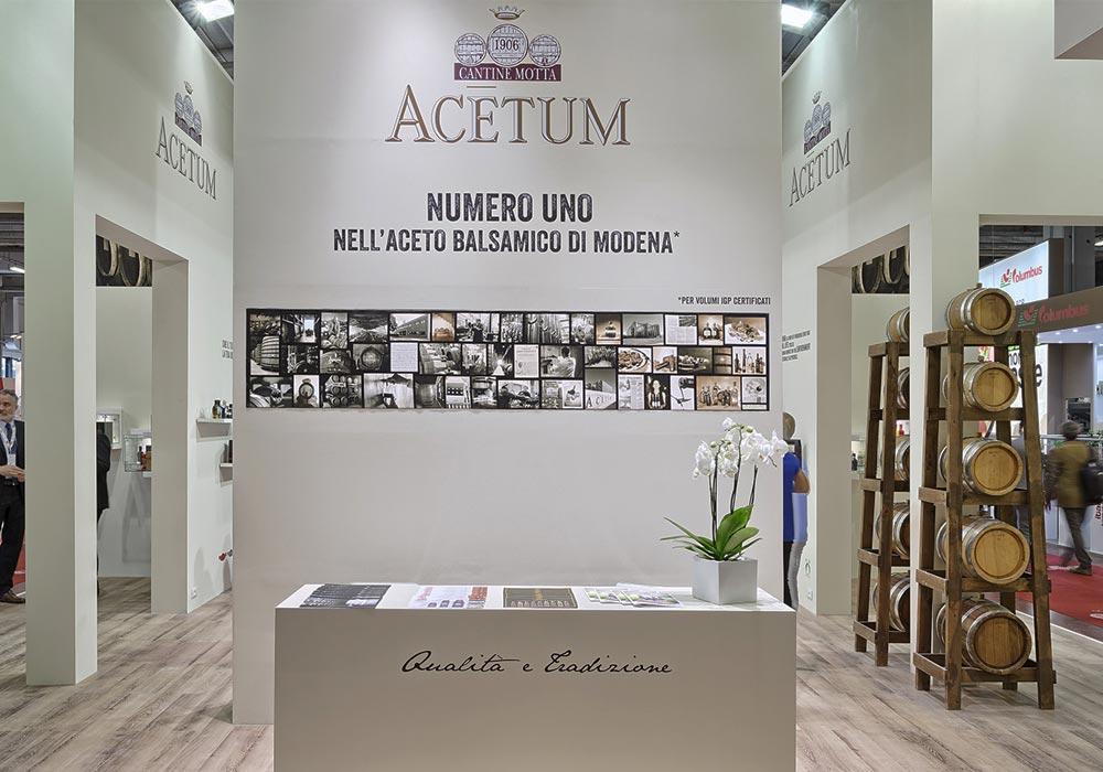 Stampe decorative sulle pareti dello stand dell'azienda Acetum allestito per il salone internazionale dell'alimentazione CIBUS che si tiene alla fiera di Parma.