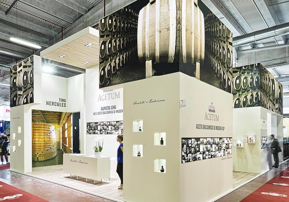 Vista laterale dello stand dell'azienda Acetum allestito per il salone internazionale dell'alimentazione CIBUS che si tiene alla fiera di Parma.
