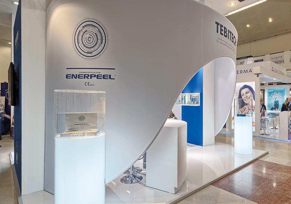 Vista laterale dello stand General Topics allestito in occasione del congresso della Società Italiana di Medicina e Chirurgia Estetica alla fiera di Bologna.