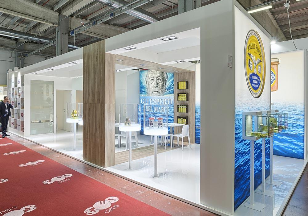 Vista dal corridoio del padiglione della fiera CIBUS di Parma dello stand dell'azienda Icat Food.