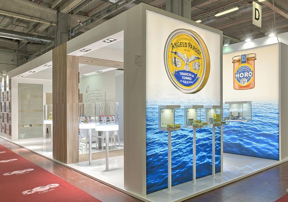 Espositori per prodotti nello stand dell'azienda Icat Food costruito per il salone internazionale dell'alimentazione CIBUS, evento che si tiene alla fiera di Parma.
