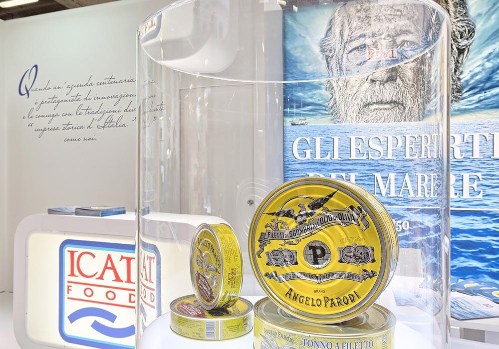 Prodotti in un espositore cilindrico in plexiglass nello stand dell'azienda Icat Food costruito per il salone internazionale dell'alimentazione CIBUS, evento che si tiene alla fiera di Parma.