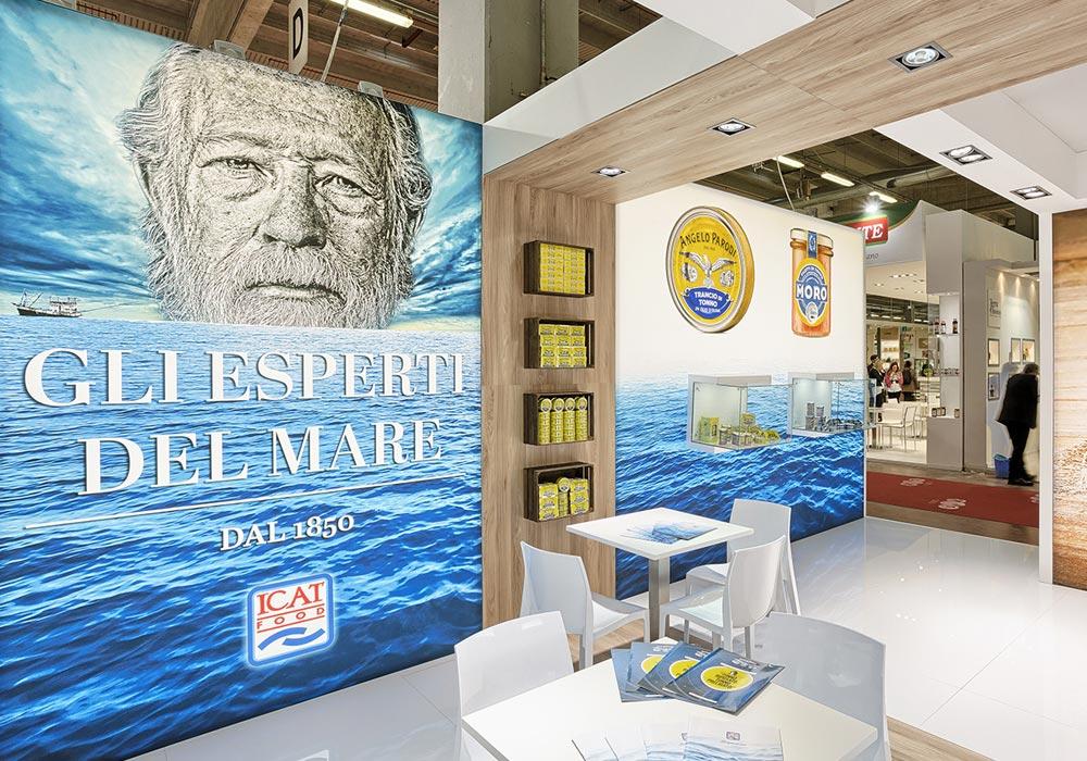 Tavolini e sedie nello stand dell'azienda Icat Food costruito per il salone internazionale dell'alimentazione CIBUS, evento che si tiene alla fiera di Parma.