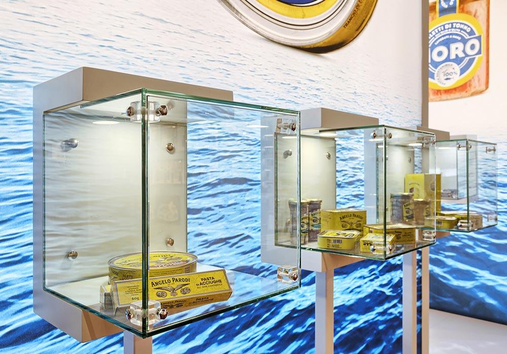 Espositori quadrati in vetro nello stand dell'azienda Icat Food costruito per il salone internazionale dell'alimentazione CIBUS, evento che si tiene alla fiera di Parma.