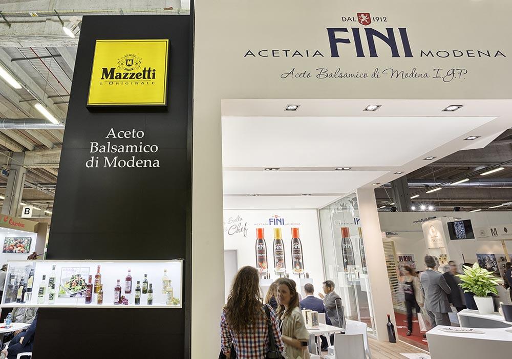 Loghi aziendali nello stand Mazzetti progettato per il Salone internazionale dell'alimentazione CIBUS tenutosi alle fiere di Parma.